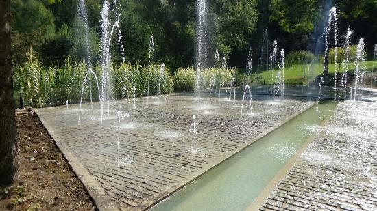 Le tableau avec les fontaines photo de les jardins de l 39 imaginaire terrasson lavilledieu - Les jardins de l imaginaire a terrasson ...