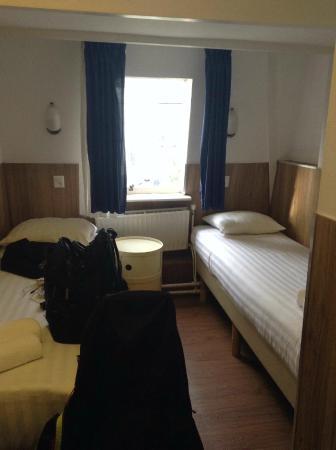 Hotel Titus: Gruselzimmer - Betten mit Altpapier-Matrazen