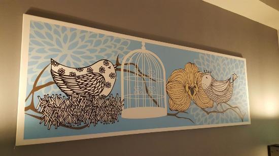 lukisan di atas tempat tidur picture of idoop hotel