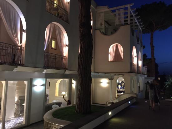Gli esterni dell hotel di sera illuminazione perfetta foto di