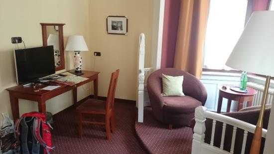 City Hotel: Tisch  mit Sitzecke