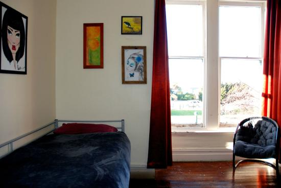 Chillawhile Backpackers Art Gallery: 4 Share Room