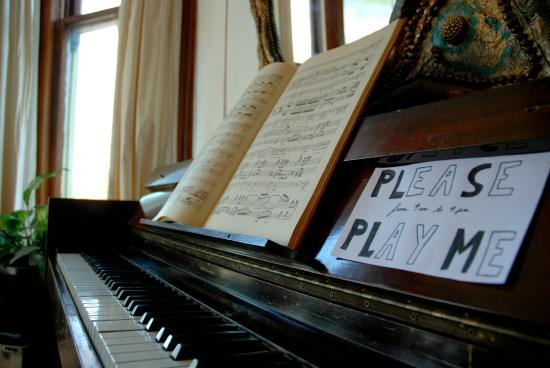 Chillawhile Backpackers Art Gallery: Piano