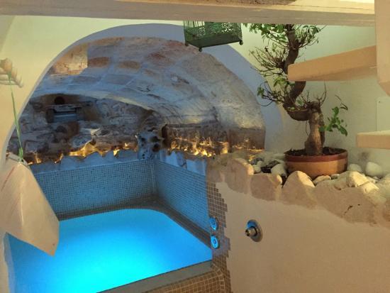 Camera con vasca idromassaggio foto di b b delle camelie for Busatta piscine prezzi
