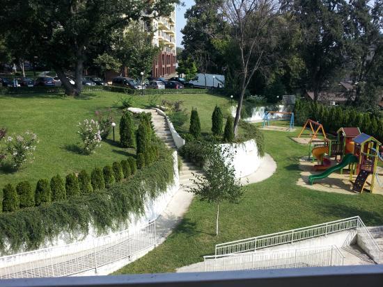 Hotel Erma: Grøntområde bak hotellet