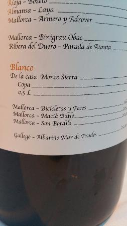 Es Llombards, España: Винная карта на огромной бутылке вина