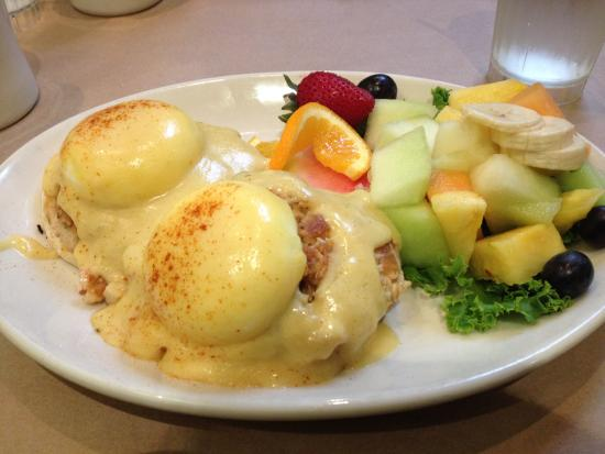 Green House Cafe: Eggs Neptune w/ Fresh Fruit!
