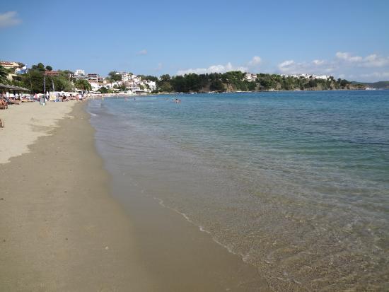 Angeliki Beach Hotel: Strand vor der Anlage
