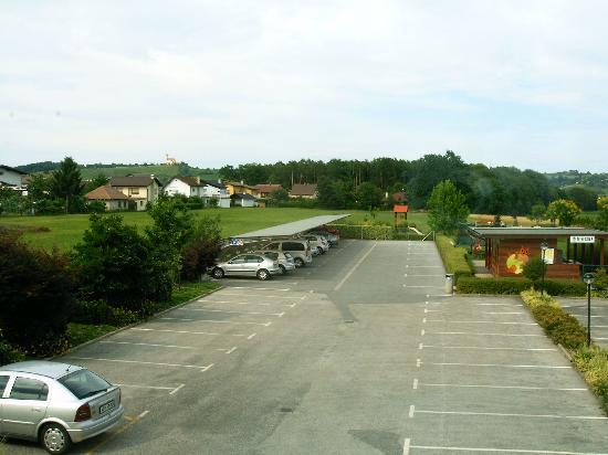Motel pri Lesniku: Parkplatz hinter dem Hotel