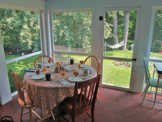 Buckland, MA: Summer Room breakfast, there're other tables in this room.
