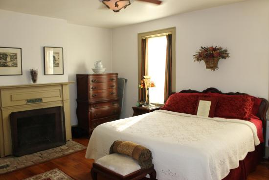 Simon Kenton Inn: William Hunt Suite with King bed