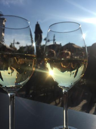 Heerlijke plek in de zon voor een lekkere wijn en borrelhapjes