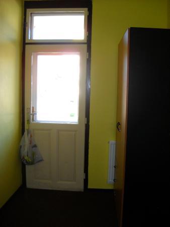Hotel Jaro.: Vchod na balkon, dveře šly velmi obtížně otevřít.