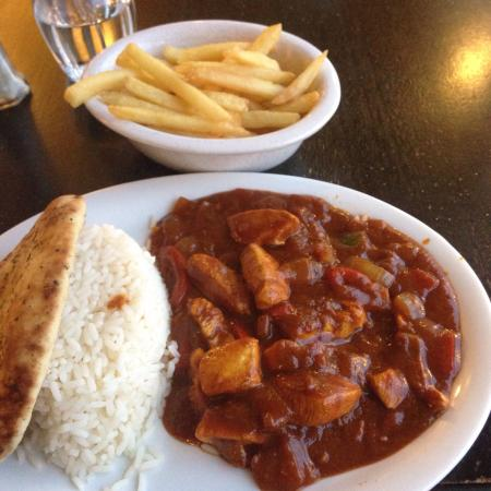 Tighnabruaich Hotel: Cheese & bacon Burger and Chicken Curry with Chips