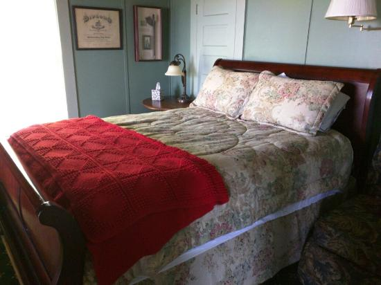 Rose Dale Farm Bed and Breakfast : Peace and quiet. Like going back to Grandma's house. Birds and crickets and the far away sound o
