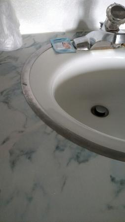 Brooks Street Motor Inn: Sink area clearly not cleaned