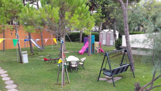 Hotel Oliver: Il parchetto giochi tra l'hotel e la spiaggia