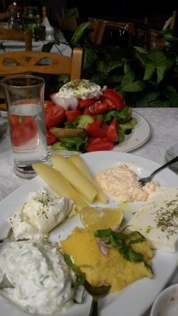 Voulgaro, Grecia: Cheese plate, crete salad
