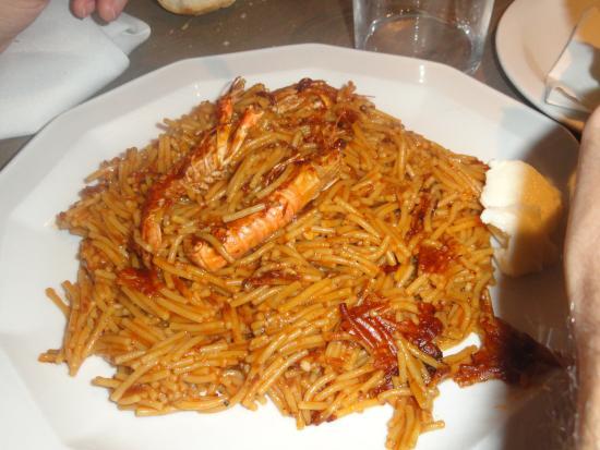 Banyoles, สเปน: Fideuà con all-i-oli, había la cantidad para llenar dos veces el plato