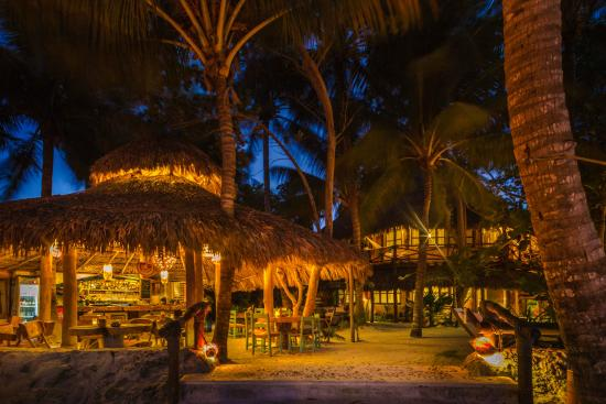 Barquito Mawimbi Beach Bar & Restaurant: Mawimbi's Restaurant by night