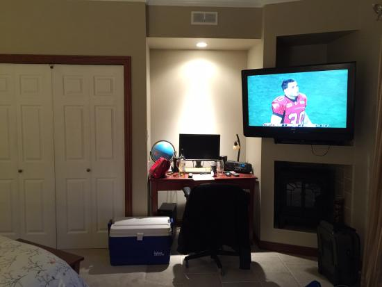 High Hopes Bed & Breakfast: Desk and television.