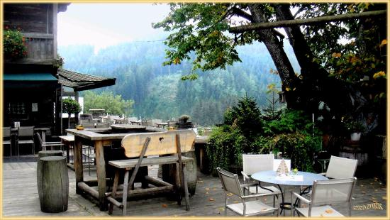 Wirtshaus Steirereck am Pogusch: 1100 Meter über dem Mürztal: die Holzterrasse