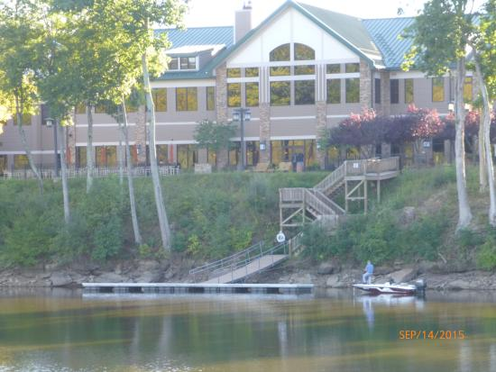 Roanoke, เวสต์เวอร์จิเนีย: back of Stonewall Lodge on Stonewall Jackson Lake