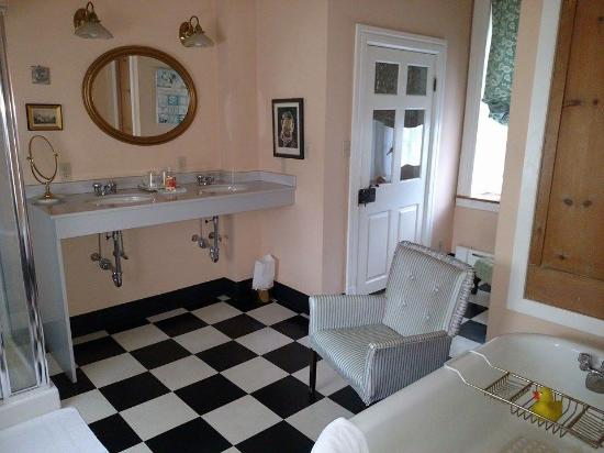 Wydnor Hall Inn: The very large, and unique bathroom
