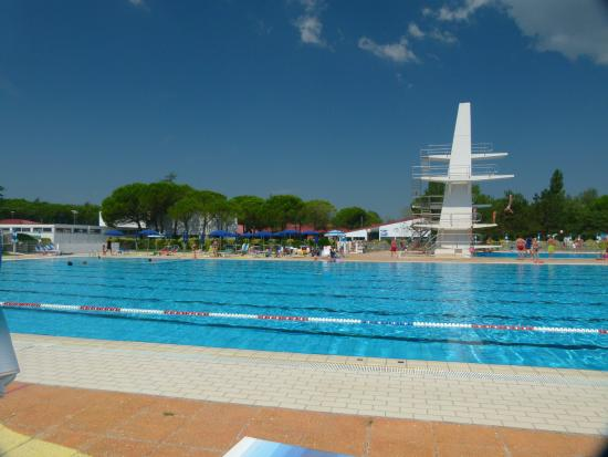 Marina Julia, Italia: Pool mit Sprungturm