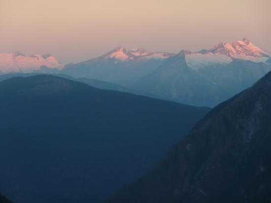 Selkirk Mountain Experience Lodge: Durrand Glacier: Sunrise view from the lodge