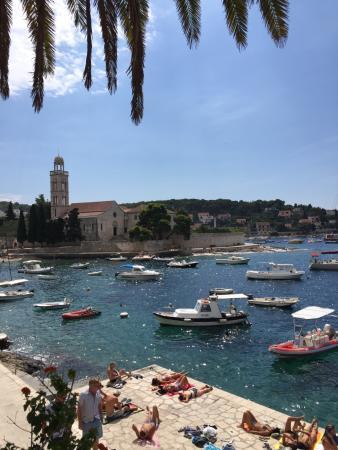 Hotel Villa Dalmacija: Hotel bem localizado, antigo porém tomar o café olhando para o mar nos faz esquecer que não há a