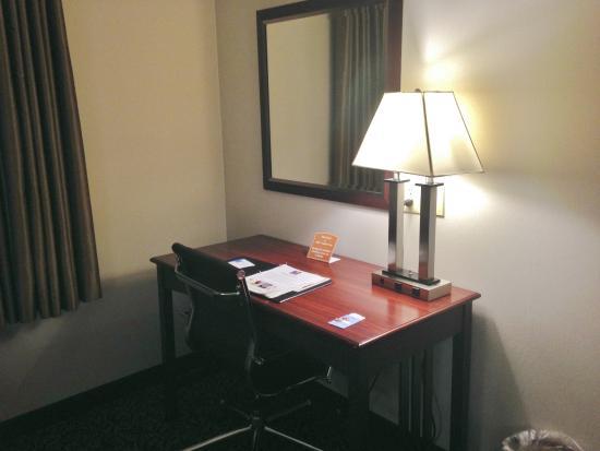 Holiday Inn Express & Suites Philadelphia - Mt. Laurel: Desk