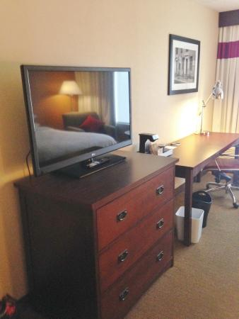 Four Points by Sheraton Meriden: TV, Dresser and desk