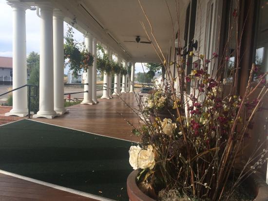Sacajawea Hotel : Gracious Veranda with rocking chairs, music and libations