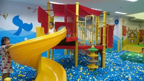 Kidzoona & Molly Fantasy: mini slide at ball pool