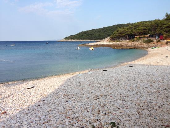Hotel Fortuna: Praia de Milna em frente ao hotel