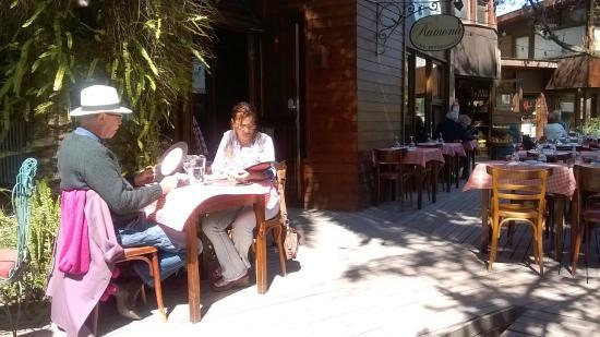 Paseo Mendoza: Uno de los restaurantes (con menú en un disco de vinilo) a la entrada