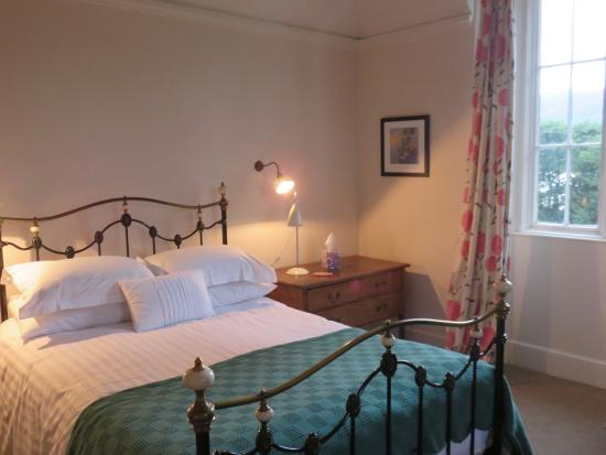 How Foot Lodge: Comfortable bed, thoughtful lighting.