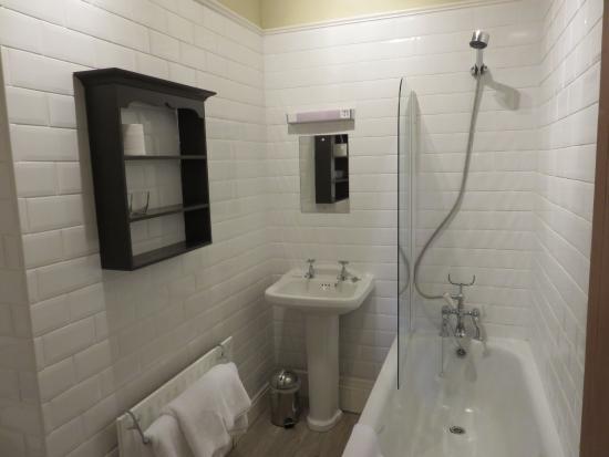 How Foot Lodge: Hot shower, heated towel rod