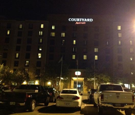 Courtyard by Marriott Boston Billerica / Bedford: Vista noturna do hotel