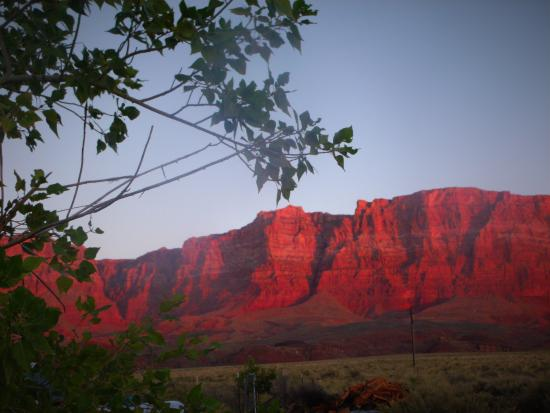 Lees Ferry Lodge: Vermilion cliffs, the background to the lodge