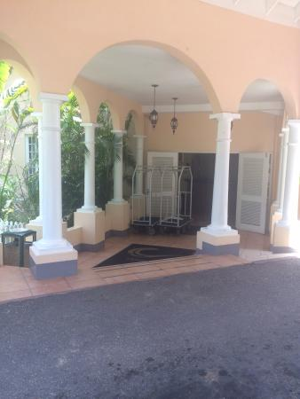 Cardiff Hotel & Spa: Entrance right outside of the lobby