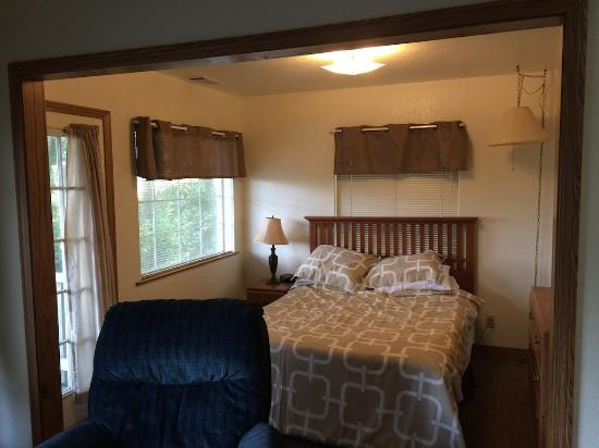 View Crest Lodge : looking towards bed