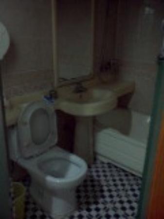 Rainbow Hotel: ห้องน้ำ