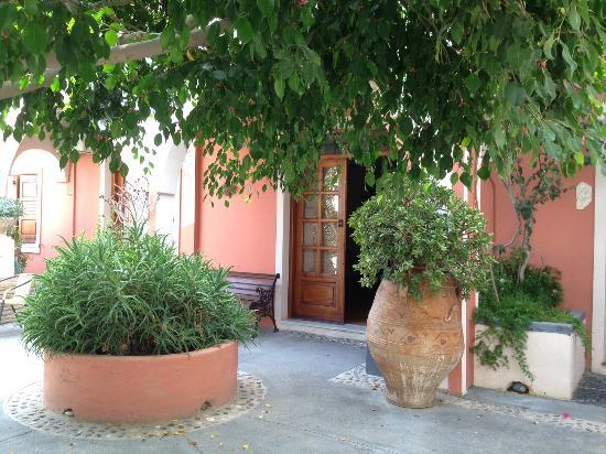 Mary Hotel: внутренний двор апартаментов