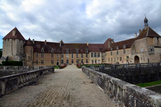 Château d'Epoisses: Château vu de la grille d'honneur.