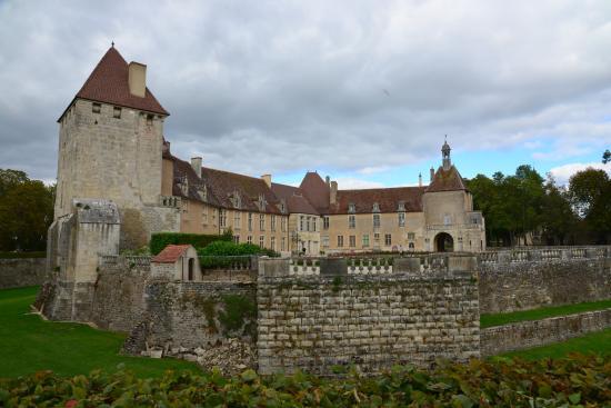 Château d'Epoisses: En faisant le tour du château...