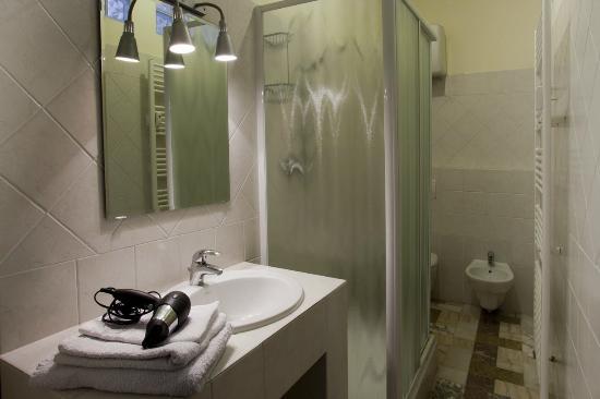 B&B Cuneo Centro : bagno interno in ogni camera