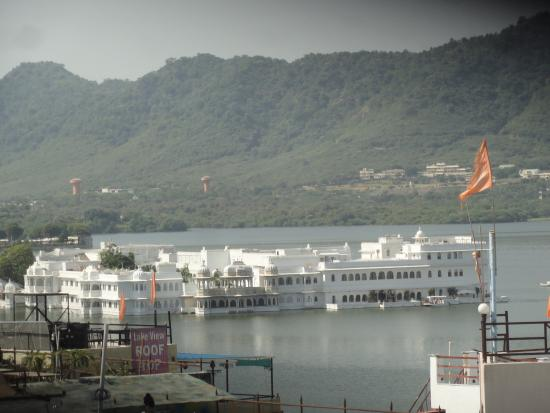 Harsh Vilas Guest House: A lovely view of Lake Pichola from the rooftop