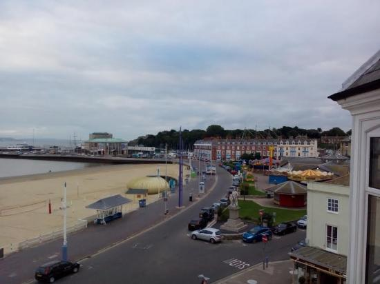Bay View Hotel Weymouth: early am looking right from the balcony room 9